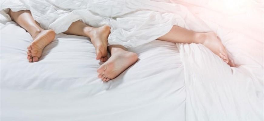 """Nhờ ngủ """"nuy"""" mà hôn nhân được giải nguy"""